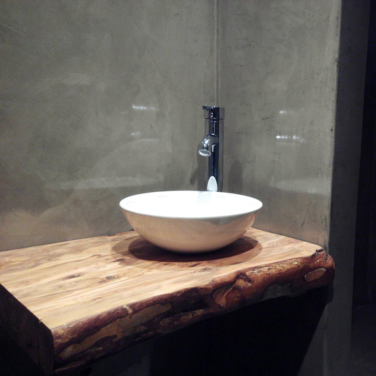 encimera de bao de madera rstica en un ambiente minimalista
