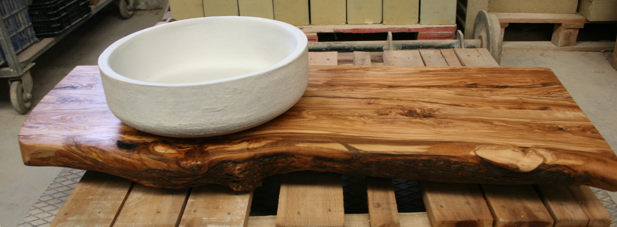 encimera de bao de madera de olivo con lavabo blanco de gres