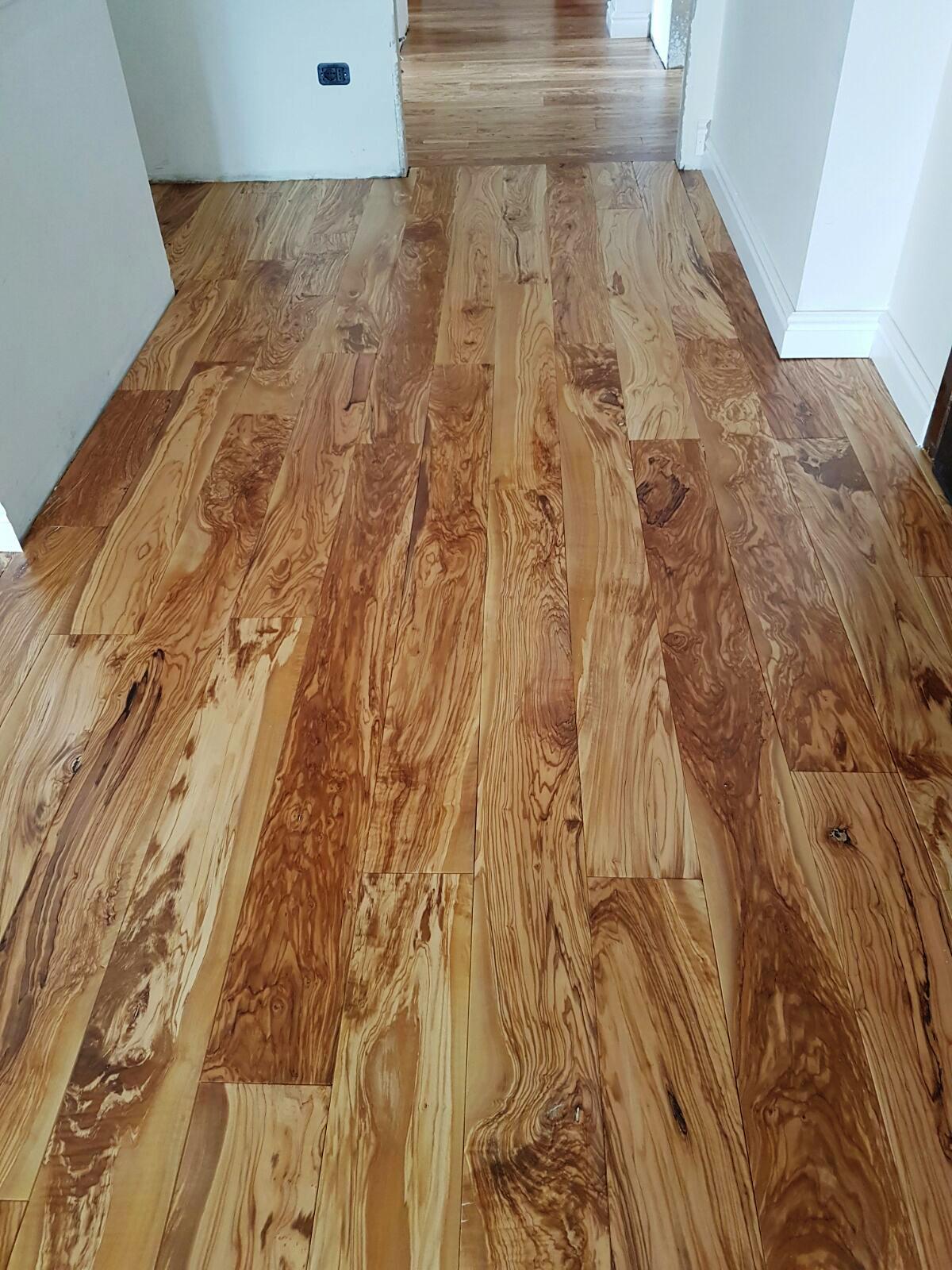Parquet de madera de olivo for Cuanto vale poner tarima flotante en un piso