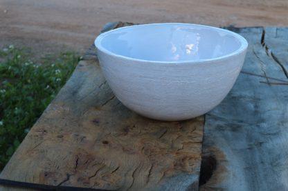 """Lavabo """"Bol"""" sobre encimera de madera de olivo encaja en un ambiente rústico"""