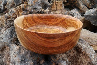 lavabo de madera de olivo sobre los troncos de olivo